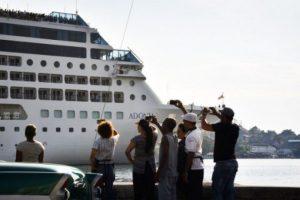 """Decenas de espectadores se reunieron cerca de la terminal """"Sierra Maestra"""" para dar la bienvenida al crucero. Foto:AFP"""