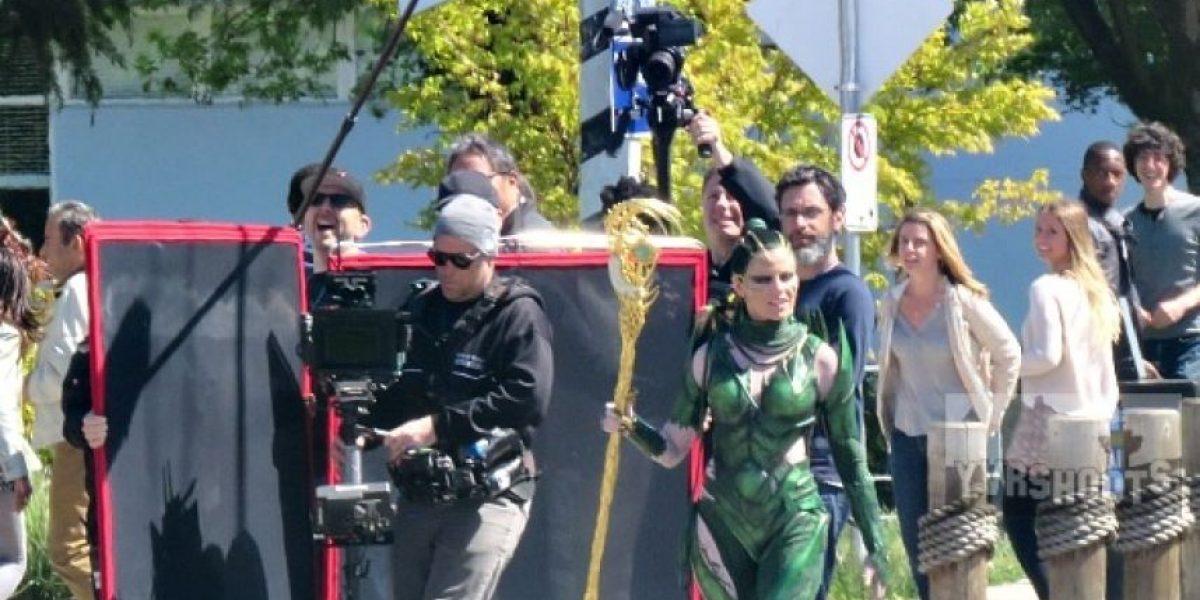"""Nuevas fotos de Elizabeth Banks como """"Rita Repulsa"""" en el set de los Power Rangers"""