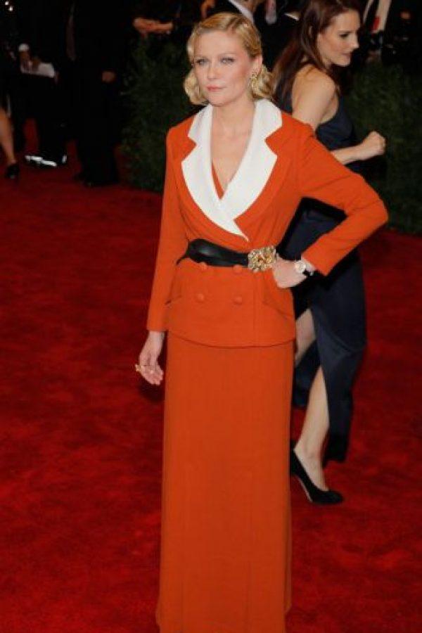 Kirsten Dunst parece salida de 1940. Pero no en la época bonita de Katharine Hepburn o Rita Hayworth, sino en la época donde tenían que reciclar vestidos de paracaídas para ponérselos. Este fue el resultado, en 2012. Foto:vía Getty Images
