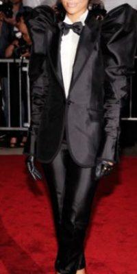 Rihanna en este desastre de tuxedo. Si no eres Diane Keaton, Ellen o Marlene Dietrich, no hagas el ridículo. Foto:vía Getty Images