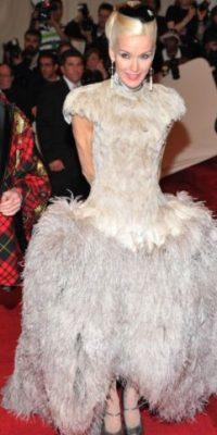 ¿Cuántos pavos o lo que sea debieron morir para hacer ver tan ridícula a Daphne Guiness? Foto:vía Getty Images