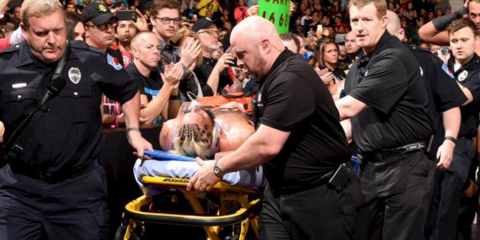 Tuvo que ser retirado en camilla Foto:WWE