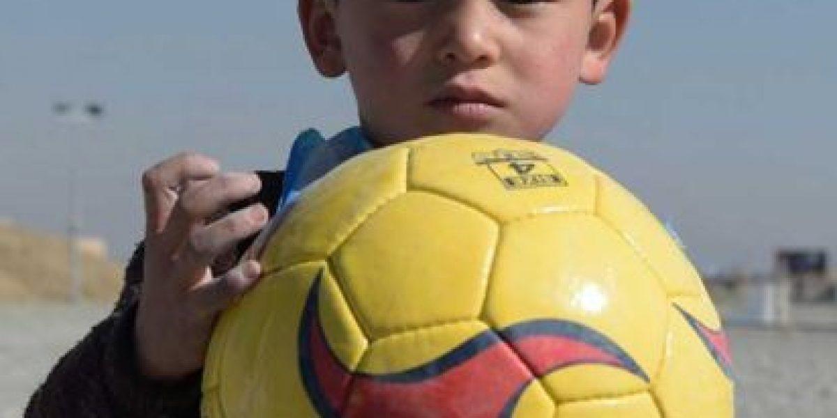Niño afgano fan de Messi abandona su país por amenazas de la mafia