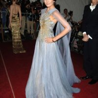 Camilla Belle, con un vestido ultra elaborado y muy clásico. Foto:vía Getty Images