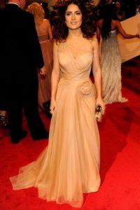 Salma Hayek, en un nude drapeado que le favorece ampliamente. Foto:vía Getty Images