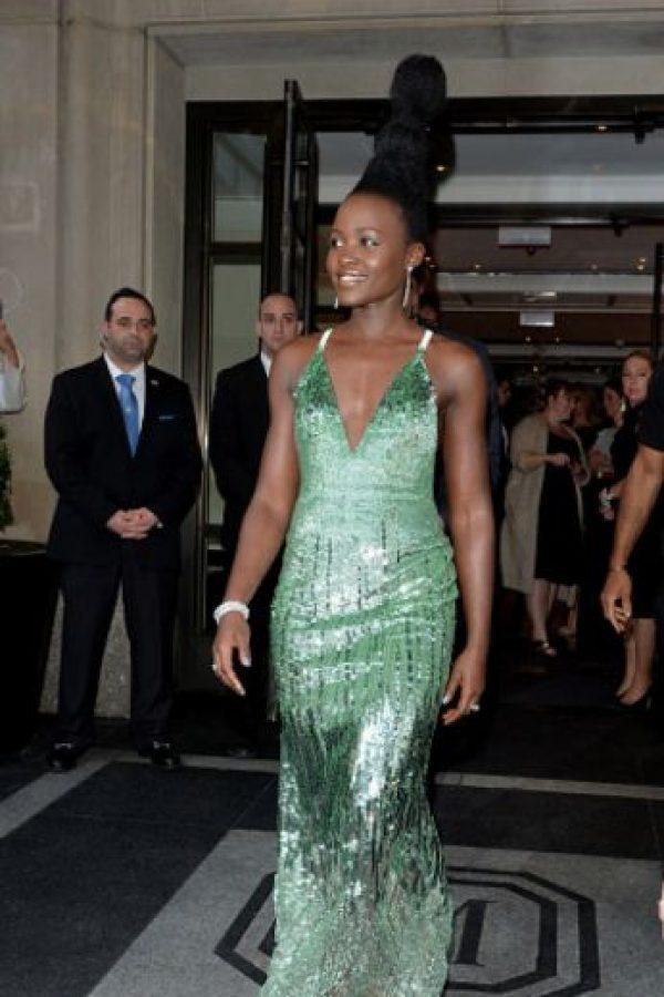 ¿Qué pretendía Lupita transmitir con este vestido? Y con el peinado. Foto:vía Getty Images