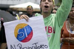 3. La crisis económica. La severa caída en los precios del petróleo y la falta de electricidad complican las cosas en el país. Foto:AP