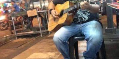 4 gatitos se convirtieron en el público de este músico callejero