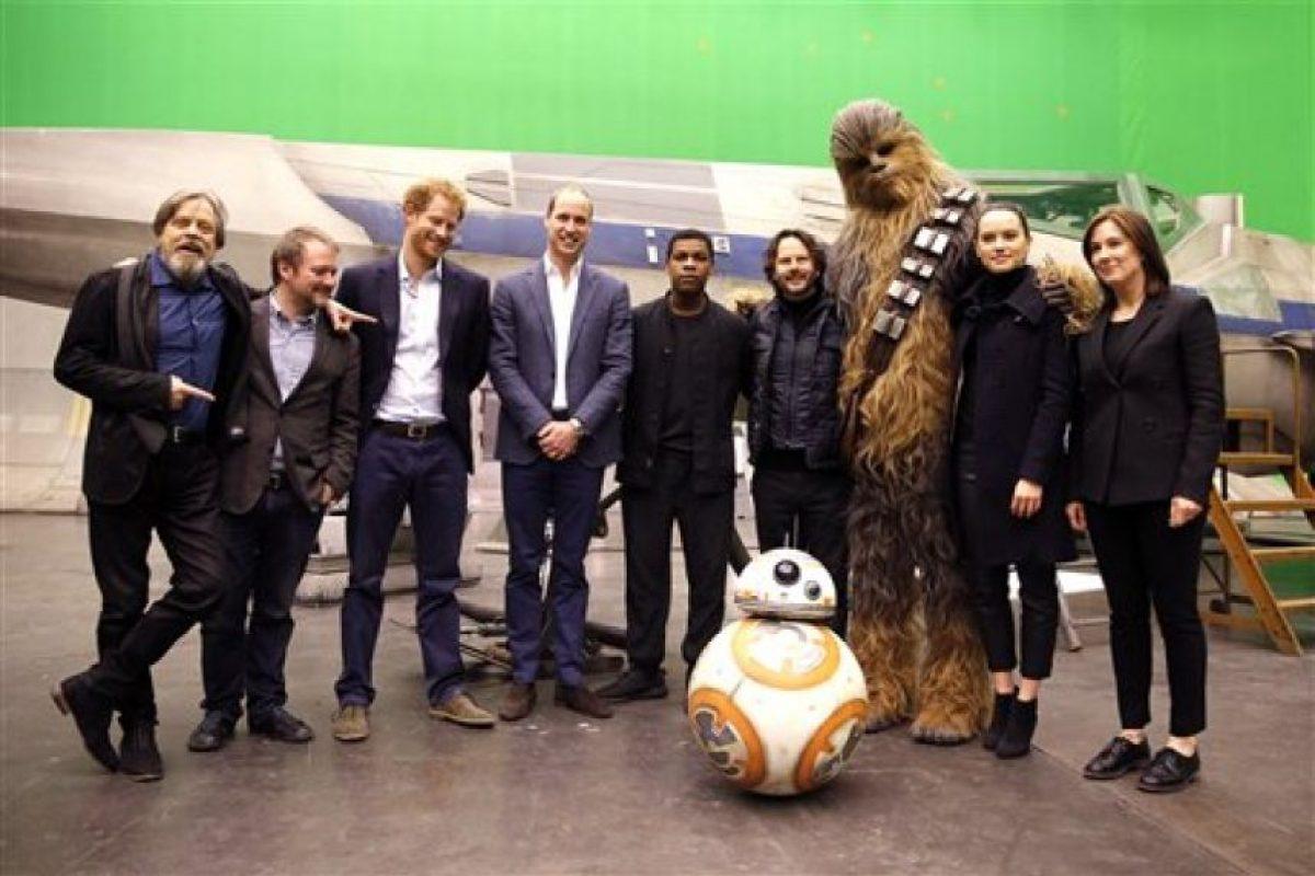 En abril los príncipes William y Harry pudieron convivir con los que serán los personajes de la nueva saga. Foto:AP