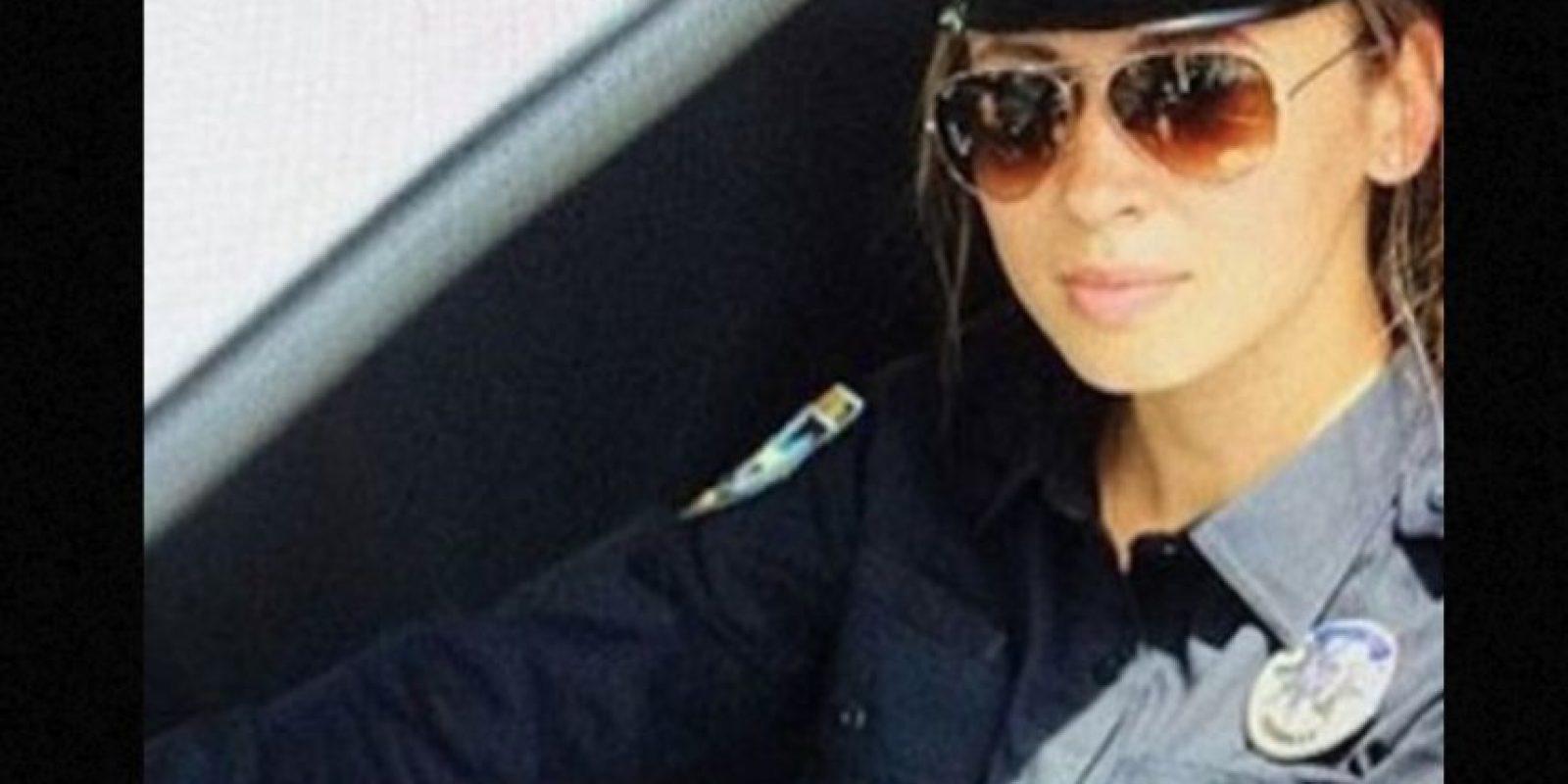 """El Departamento de Policía de Kiev contrató a personas altamente atractivas para desempeñar estas funciones y lanzar la campaña #селфізкопом, que significa """"#Selfieconunpolicía"""". Foto:vía Instagram"""