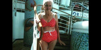 Irene Carney, de 90 años, se hizo viral al mostrar su cuerpo en un traje de baño de dos piezas. Foto:Facebook archivo