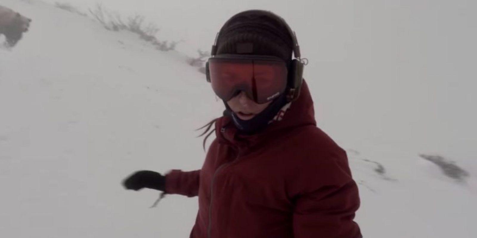 Kelly Murphy se encontraba practicando snowboard cuando decidió tomar su selfie stick y grabar su descenso, lo que no espero es que la seguiría un oso. Foto:Youtube