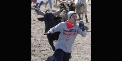 Chico expuso su vida en el Houston Bull Run solo para tomarse un selfie. Foto:Reddit