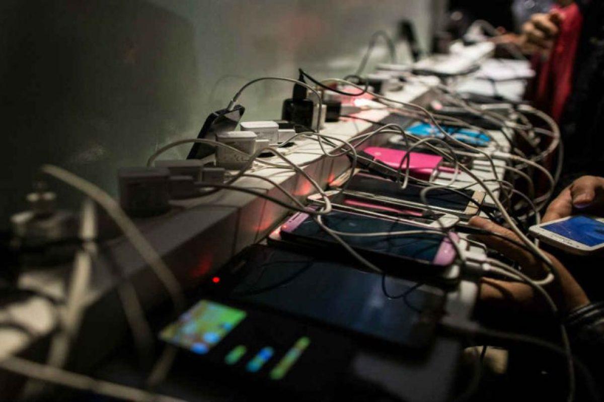Muchas veces no tenemos dónde cargar el móvil en la calle. Foto:Getty Images