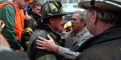 Y su visita a los cuerpos de rescate al día siguiente Foto:George W Bush Presidential Library and Museum