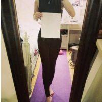 O poner una hoja de papel para demostrar que su cintura es de menor tamaño Foto:Twitter.com