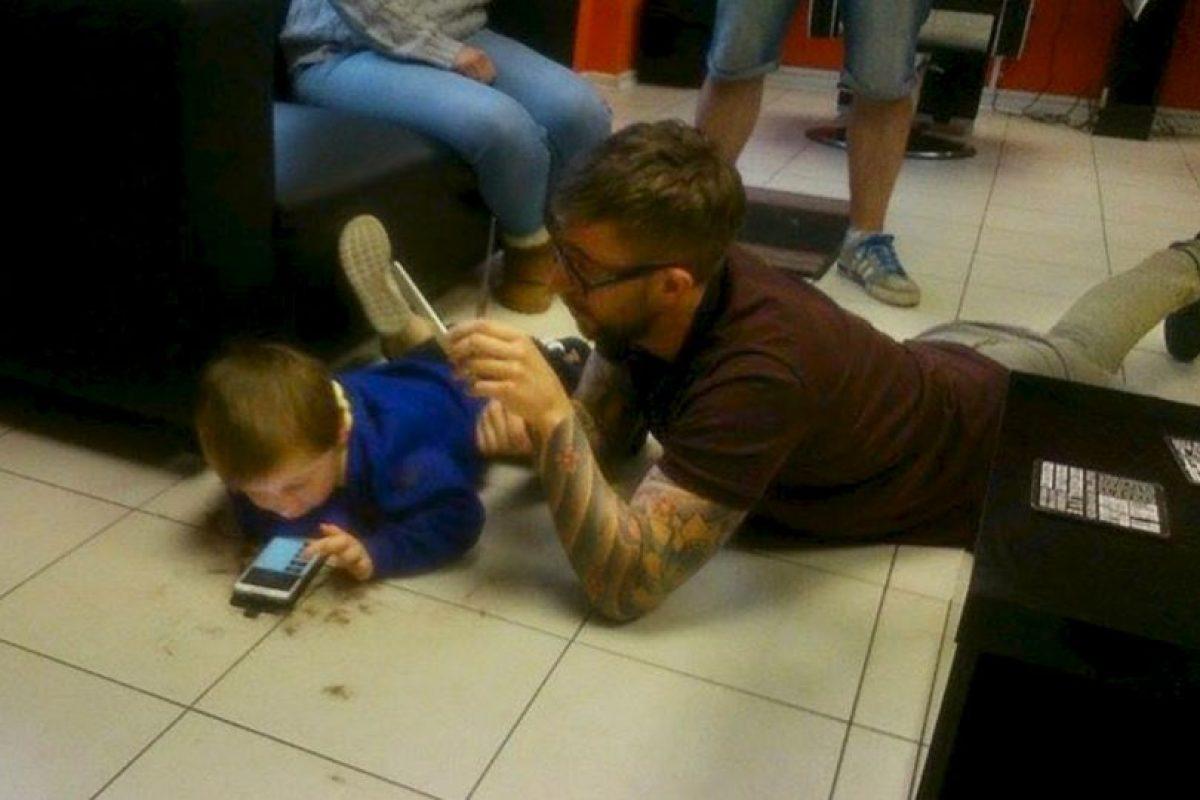 """Lo mejor luego de terminar el corte, fue que Mason me abrazó"""", publicó en su cuenta de Facebook el estilista de Reino Unido. Foto:vía Facebook"""