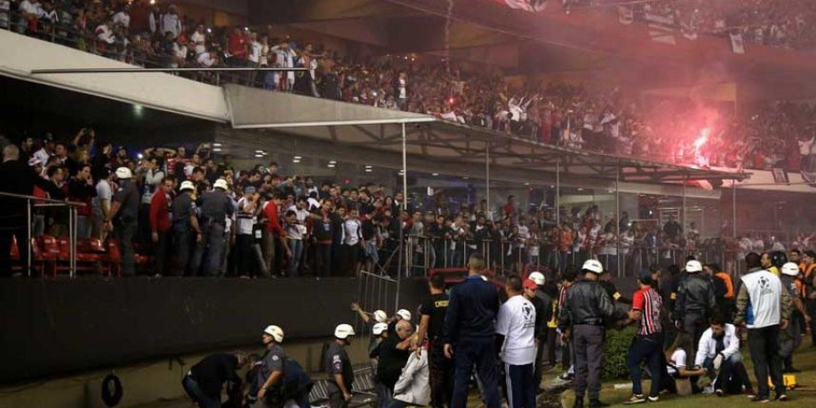 La protección de una tribuna cedió durante un festejo de gol de los hinchas. Foto:Getty Images