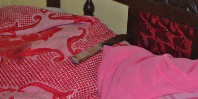 Un cuchillo fue localizado en la cama. Foto:CBM