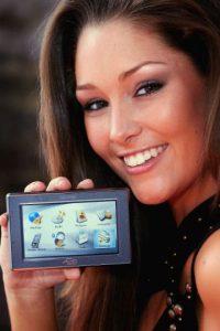 Ver el GPS es uno de los motivos más comunes para accidentes viales. Foto:Getty Images