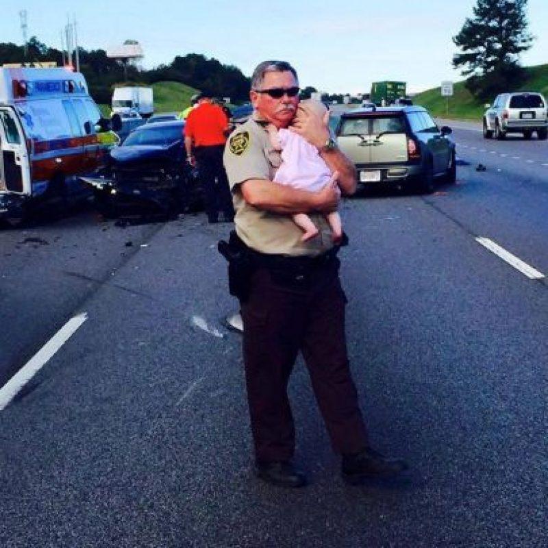 El oficial Ric Lindley se hizo viral al momento de consolara a una pequeña que iba abordo de un auto que había chocado. Foto:Vía facebook.com/JeffersonCountyAlabamaSheriffsOffice