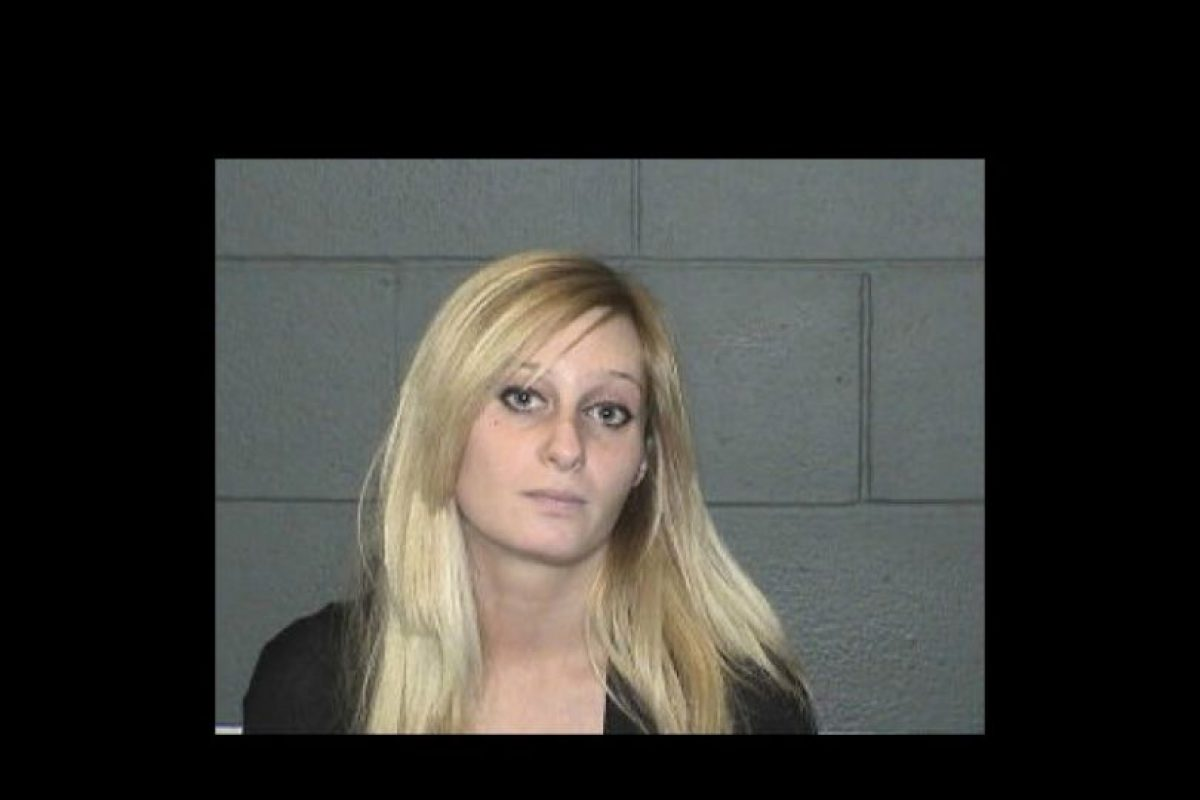 Lindsay Hoffman, una mujer de 26 años, dejó a su bebé congelándose en su auto mientras entraba a un sex shop. Foto:Policía de Waterbury