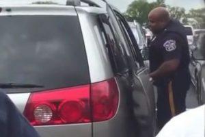 Un hombre en el estacionamiento observó que la niña no paraba de llorar y decidió llamar a las autoridades. Foto:Vía Youtube