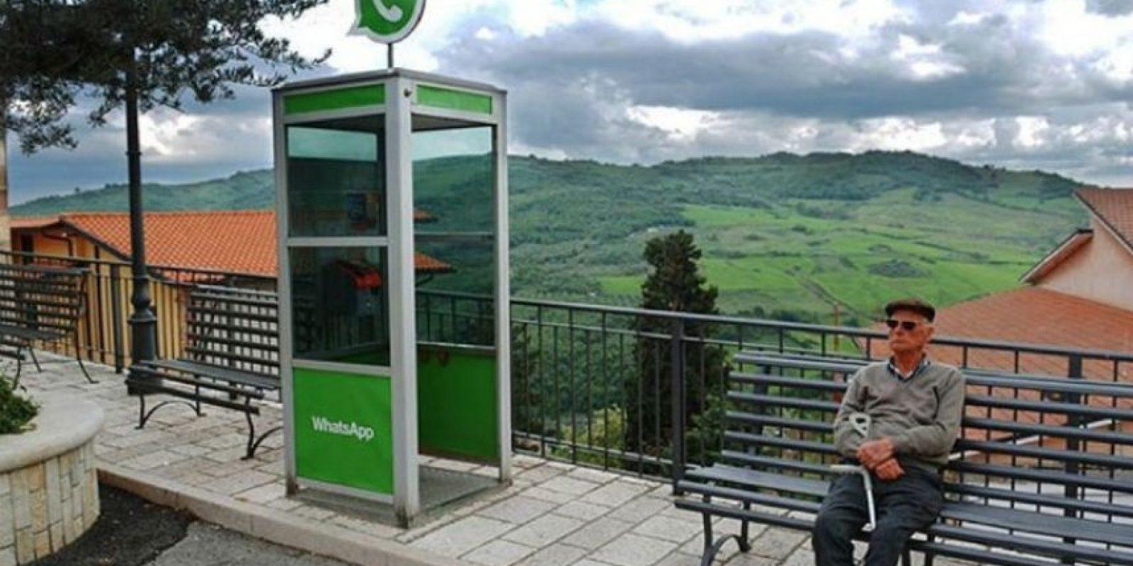 Una cabina de teléfono comparado con lo que ahora es WhatsApp. Foto:instagram.com/biancoshock/