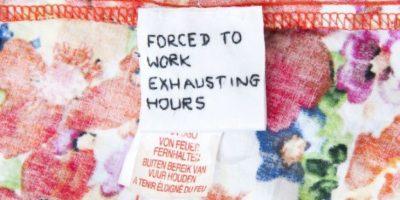 Y cuando menos lo esperaba encontró en su ropa nueva una nota de explotación laboral. Foto:Servicio de Noticias de Gales