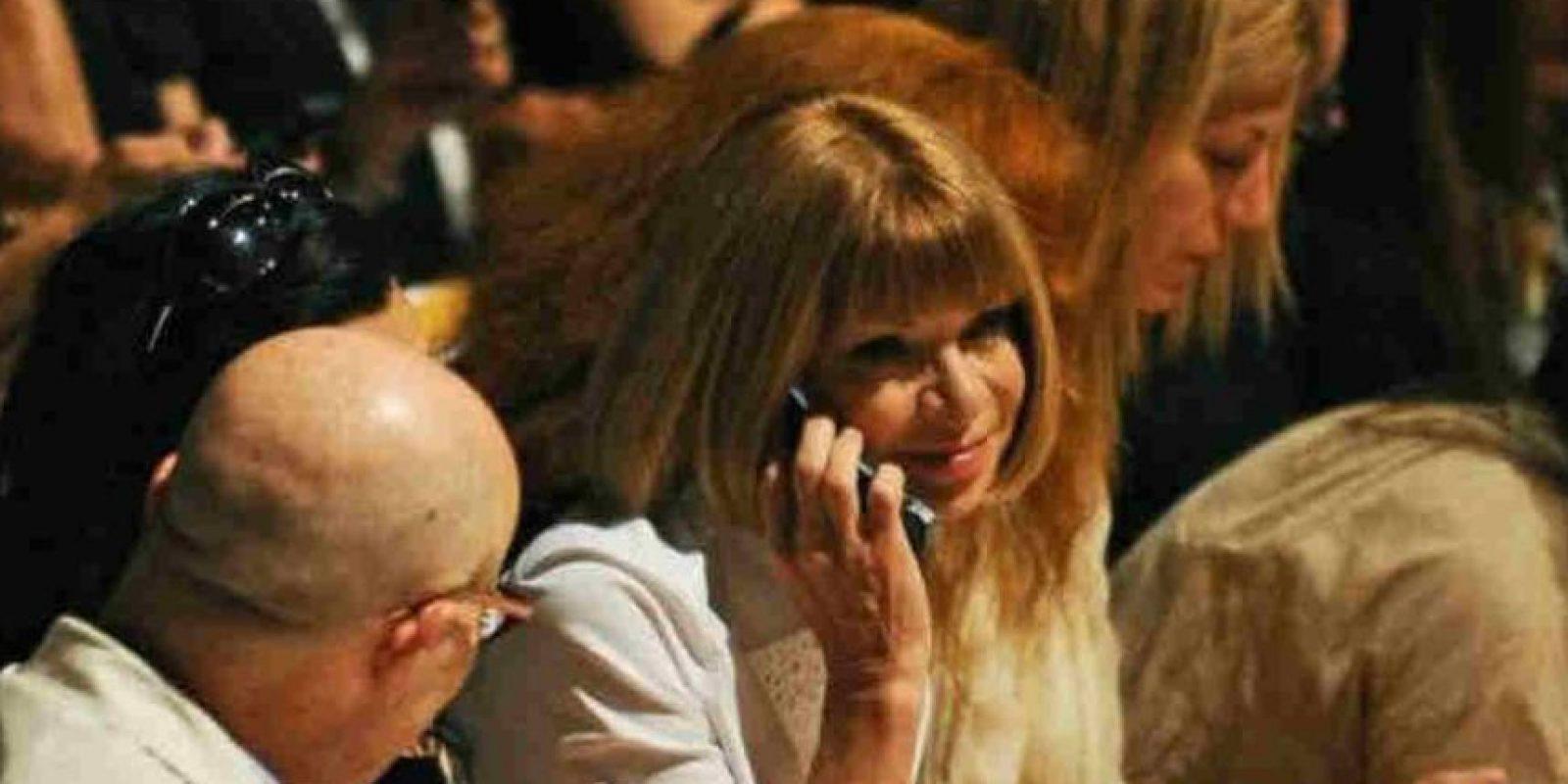 También la editora de la revista Vogue, Anna Wintour, usa un teléfono de tapa para desintoxicarse del smartphone. Foto:Getty Images