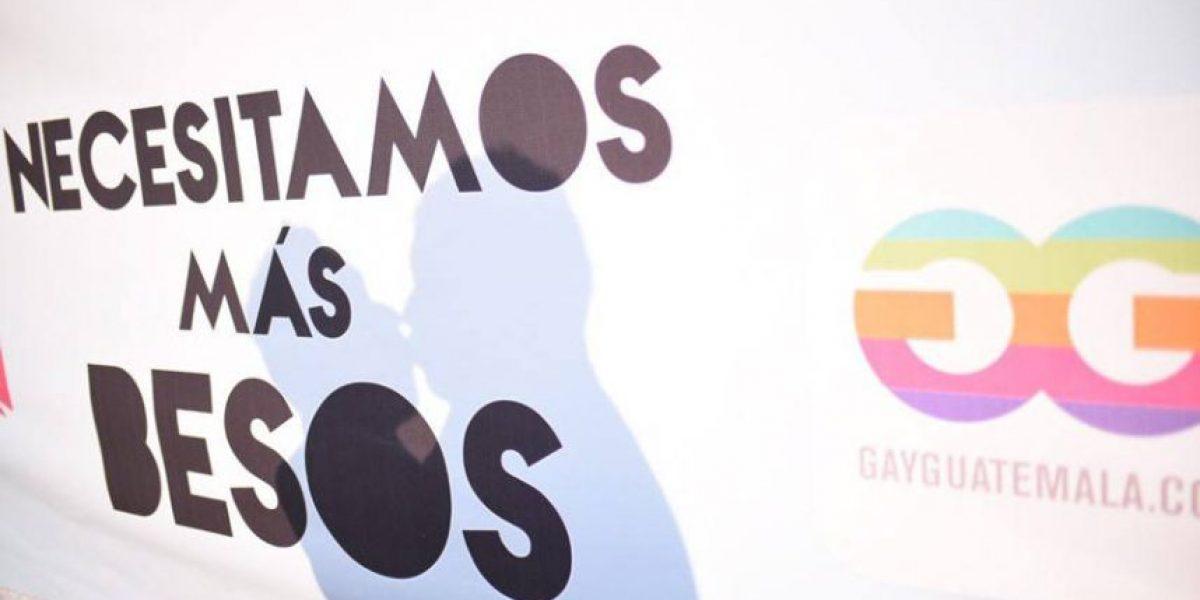 Con besos, celebran el Día Internacional contra la Homofobia