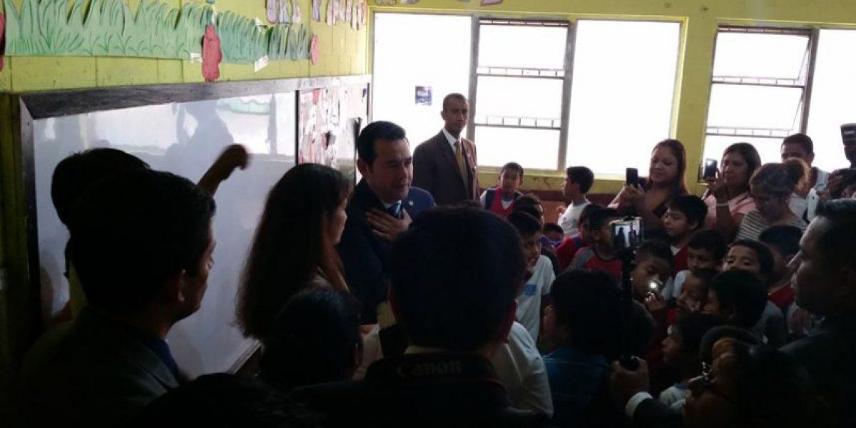 Jimmy Morales ofrece reparar los baños de escuela en zona 1 con su salario