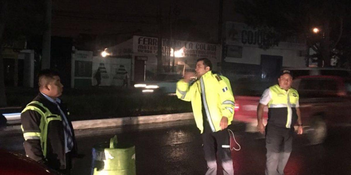 Neto Bran coordina el tránsito vehicular en la Calzada Roosevelt