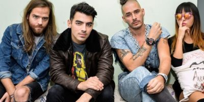 """Mira las sensuales escenas que modelo """"plus size"""" protagoniza con Joe Jonas en la cama"""