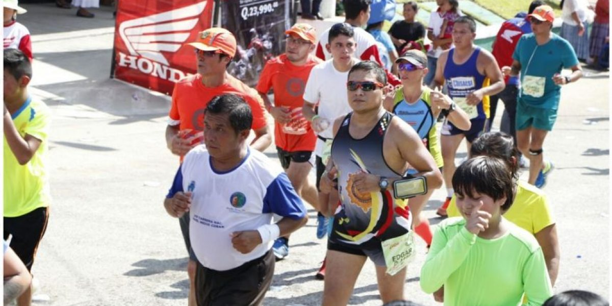 """La Policía """"corre"""" en la medio maratón internacional de Cobán / mayo 2016"""