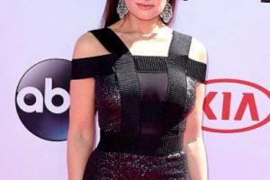 Idina Menzel en un vestido con diseño que complementa con unos aretes y peinado espectaculares. Así sí. Foto:vía Getty Images