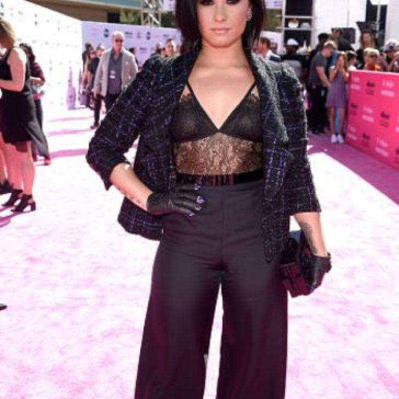 Demi Lovato usó la chaqueta de su abuela, un brasier de Selena, los guantes de MJ y el pantalón de una oficinista. Foto:vía Getty Images