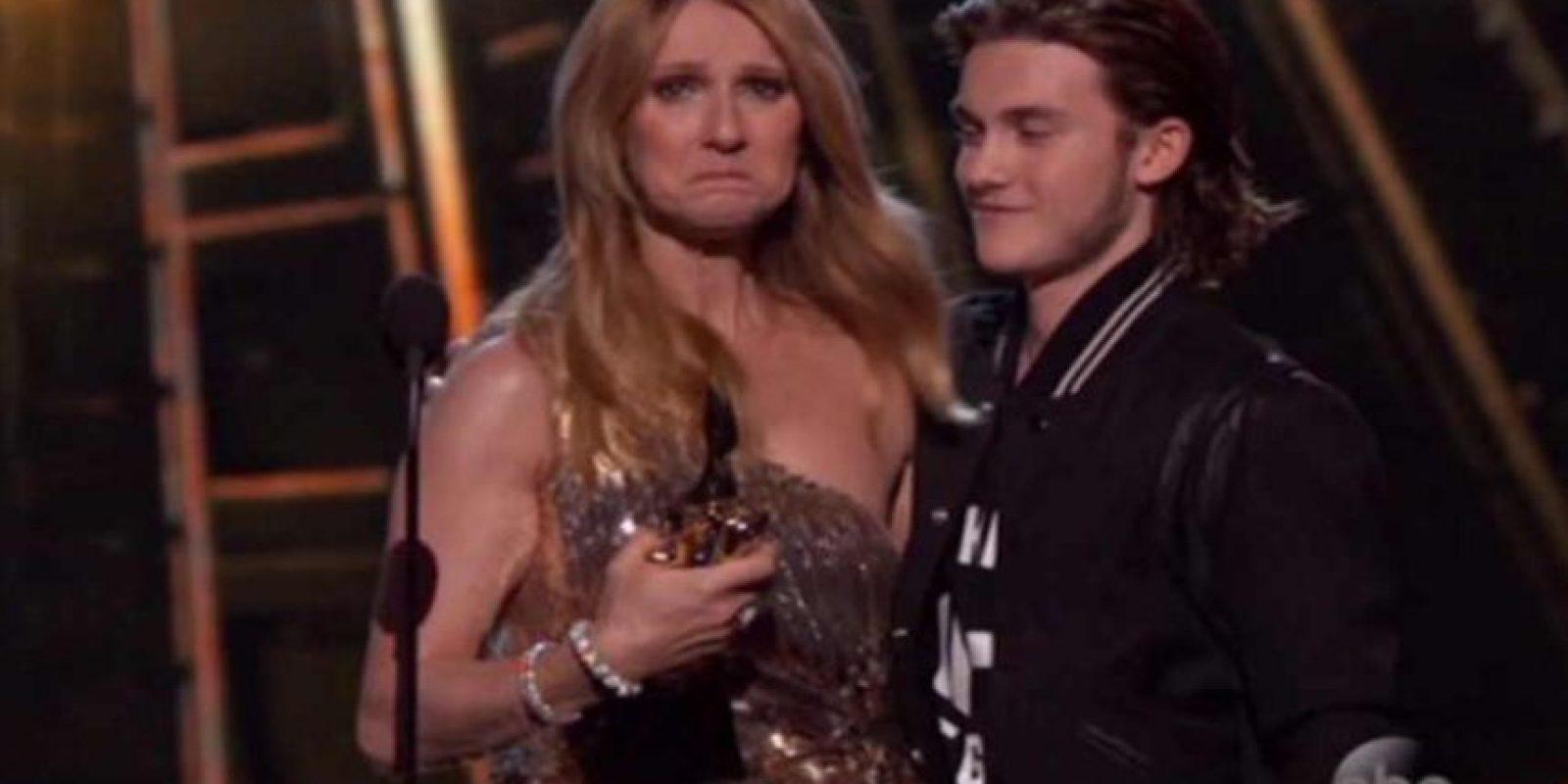 Celine Dion rompió en llanto por la sorpresa Foto:Twitter