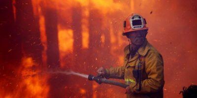Policía salvó a niña de morir en incendio y ahora la ve graduarse