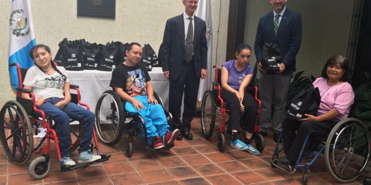 Personas con parálisis cerebral reciben donativo para juego de bocha