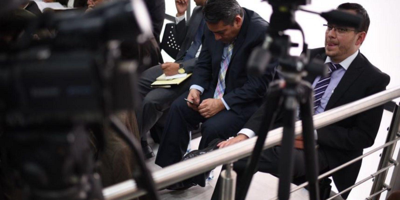 Edgar René Cristiani Calderon aprovechó para revisar un celular en la audiencia. Foto:Publinews