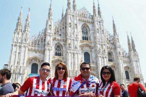 Y en la Plaza del Duomo, icónica de Milán, los hinchas de ambos clubes sienten la emoción de las horas previas. Foto:Getty Images