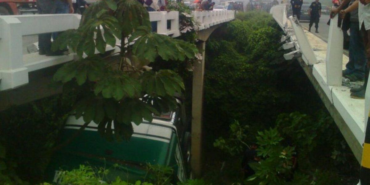 Autobús cae en hondonada entre dos puentes en carretera a El Salvador