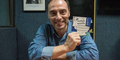 """Julio Serrano publica libro de humor para """"leer en el baño"""""""