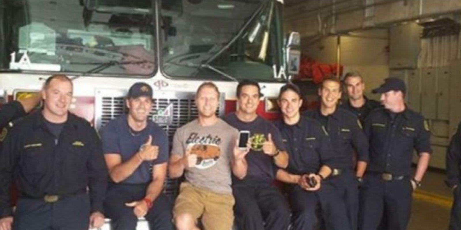3. Bomberos de Canadá encontraron un teléfono perdido y tomaron fotos con él Foto:Facebook.com/nathan.buhler