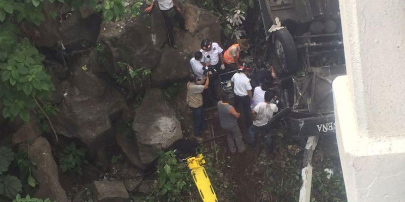 El conductor quedó atrapado entre los hierros retorcidos del autobús tipo pullman de la empresa San Luiseña que cayó a una hondonada entre dos puentes. Foto:Grupo Emisoras Unidas