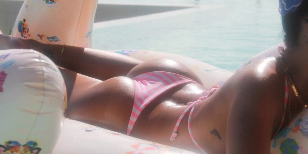 Rihanna presume derrière en Instagram en sugerente traje de baño