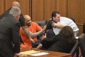 Para evitar esa sentencia sus abogados aseguraron que había cometido asesinato pero no lo había planeado. Foto:AP