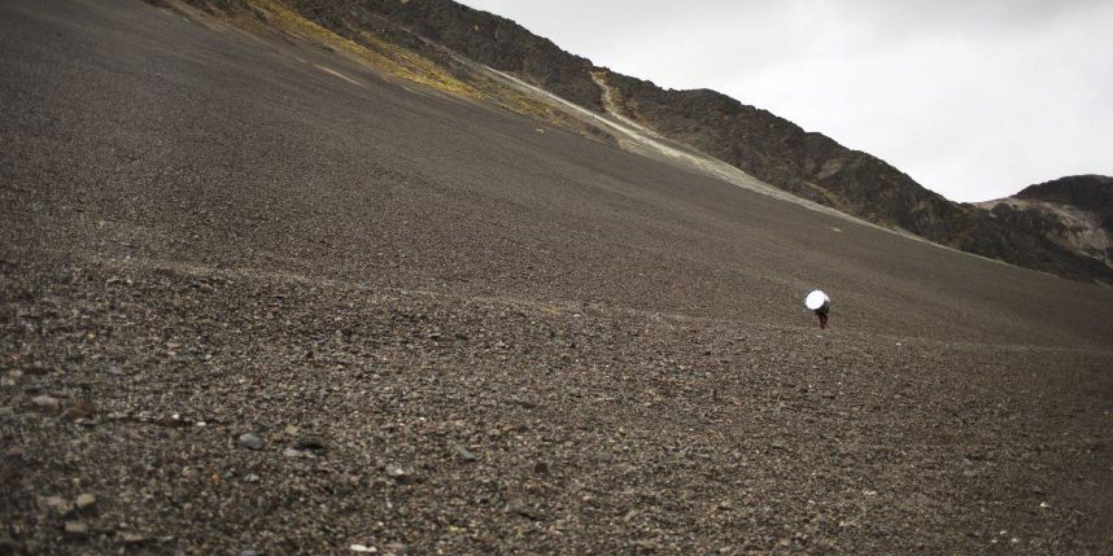En esta fotografía del 24 de mayo de 2016 un músico carga su tambor después de levantar el campamento en la base de la montaña Qullqip'unqu en el Valle Sinakara, en la región peruana des Cusco, en el santuario del Señor de Qoyllur Rit'i tras participar del festival del mismo nombre traducido de la lengua quechua como Estrella de Nieve. Foto:AP Photo/ Rodrigo Abd