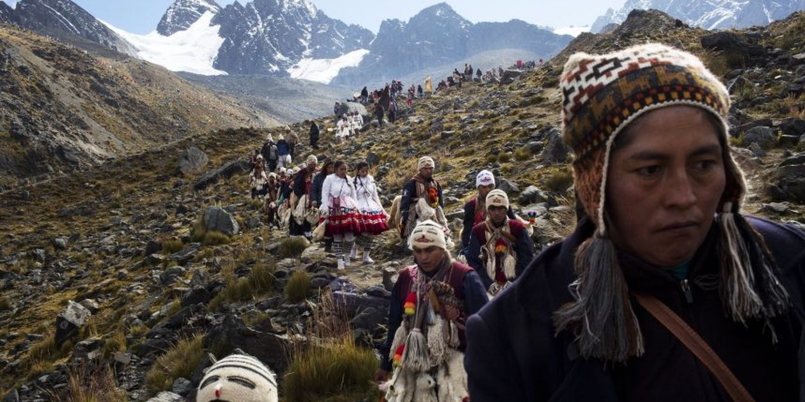 """En esta fotografía del 24 de mayo de 2016 """"ukukus"""", que representan a criaturas míticas mitad hombre mitad oso, descienden de la montaña Qullqip'unqu y son recibidos por mujeres y niños en el último de los tres días del festival de Qoyllur Rit'i, traducido de la lengua quechua como Estrella de Nieve, en el Valle Sinakara en la región de Cusco en Perú. Foto:AP Photo/ Rodrigo Abd"""